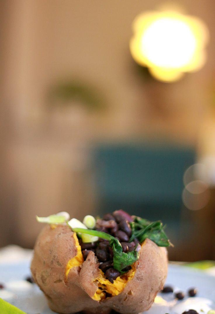 Gevulde zoete aardappel met zwarte bonen - recept binnen 20 minuten op tafel.