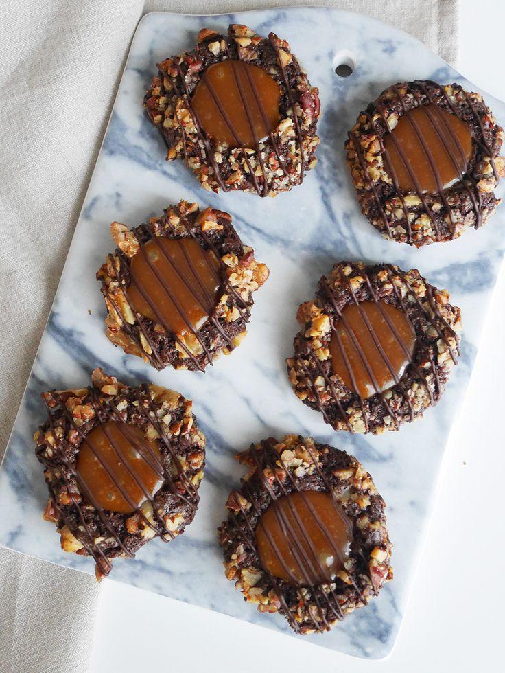 Chokladkakor med saltkolasås och pekannötter. Thumbprint turtle cookies.