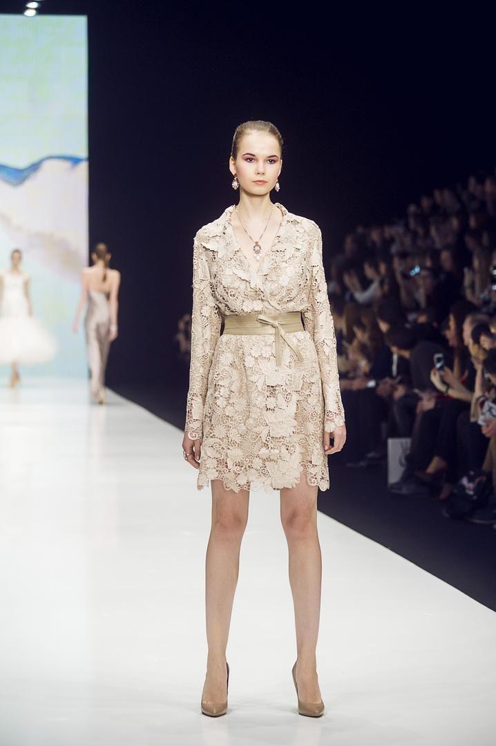 """Гипюр – популярный материал в современной женской моде. На вид эта ткань очень схожа с нежным кружевом.Гипюр идеально подходит для нарядов на выход, делового стиля, а также красивых вечерних платьев. Тем не менее, эта ткань используется и для повседневного гардероба. Мы же предлагаем, стильный плащ на кожаном поясе из коллекции """"Супер мама"""" Оксаны Федоровой.  #showroom #платье #русскийдизайнер #мода #womanstyle #FedorovaOksana #FedorovaFashion #Moscow #dress #designer #магазин #musthave…"""