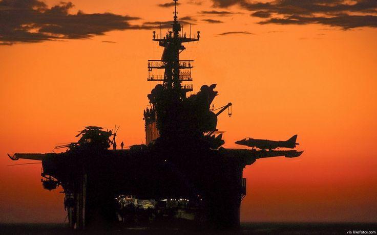 """Fotografia com um contraste brutal de uma """"peça de guerra"""" que desejaríamos não ter de ser usada. Definição: A classe Wasp é uma classe de """"Landing Helicopter Dock"""" – navios de assalto anfíbio operado pela Marinha dos Estados Unidos. Baseado na classe Tarawa, com modificações para operar aviões mais avançados e embarcações de desembarque, a …"""