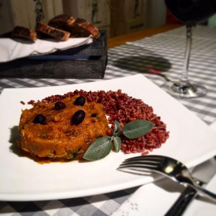 Timballo di zucca con cipolla, capperi e olive e riso rosso