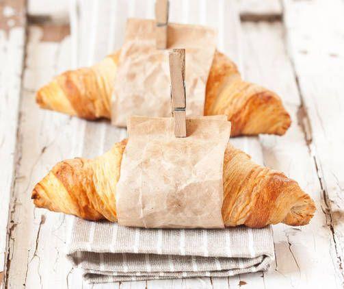Vastapaistetut voisarvet sopivat täydellisesti maitokahvin kanssa. Paista itse raakana myytävät sarvet, niin saat ihanan aamiaisherkun ja koti tuoksuu hyvälle.