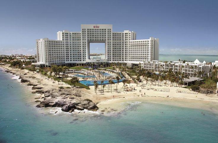 Absolute vijfsterren luxe en exclusief voor levensgenieters, zo omschrijf je RIU Palace Peninsula. Dit hotel is befaamd vanwege de gedurfde architectuur en het avant-gardistische design. De smaakvolle juniorsuites liggen in het indrukwekkende hoofdgebouw. Mét hydromassagebad in de open badkamer. En voor de levensgenieters zonder kinderen is er een Villa-zone, dichterbij het strand. Hier beleef je het ultieme vakantiegevoel onder de Caribische zon.