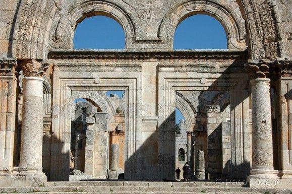 San Simeón el Estilita, (Aleppo), siglo V. Octógono central donde se levanta la base de la columna sobre la que el santo hacia oración, y al que se abría cuatro espaciosas basílicas de tres naves cada una, que originan una planta centralizada de cruz griega.