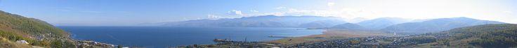 Cuál es el lago más profundo del planeta? Vista panorámica del lago Baikal. Un lago verdaderamente impresionante  Si atendemos a la profundidad máxima el título se lo lleva sin duda el lago Baikal que se encuentra en Siberia (Rusia). Con un punto máximo de 1.680 metros se trata del lago más profundo de la Tierra.  Se trata del lago de mayor extensión de Asia aunque no del planeta. Sin embargo no deben desdeñarse sus dimensiones: tiene un perímetro de 636 km y una anchura máxima de 80 km…