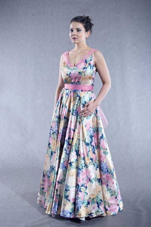 Plesové+šaty+Šaty+z+krásného+květovaného+saténu,+vypasovaný+živůtek+a+kolová+sukně,+která+nepotřebuje+spodničku+/ale+dá+se+doplnit/.+Límeček+a+pásek+je+z+hedvábné+organzy+dobarvené+do+jedné+z+barev+látky.+Velikost+40+/prsa+92cm,+pas+75cm/,+je+možné+ušít+jinou+velikost+na+objednávku.
