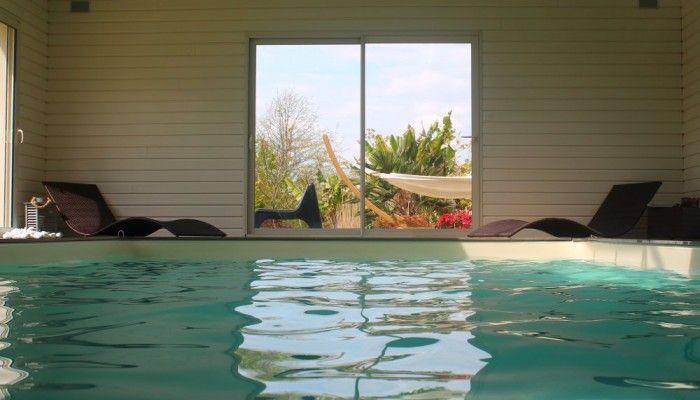 O natuR'L, le calme de la campagne à quelques min de Nantes, du Vignoble et de la Loire. Piscine intérieure chauffée, jardin clos arboré de 5000 m². Longère rénovée avec extension. Terrasse privée (plancha), portique, étang clos, SPA, piscine, séjour avec rétroprojecteur. Un havre de paix pour passer des vacances parfaites !