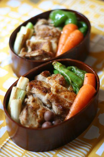 鶏もも肉を塩焼きでご飯の上にのせた焼き鳥弁当。 白葱、にんじん、ピーマンも一緒に焼いてます。 フライパンひとつで出来ちゃう楽々弁当。 七味を...