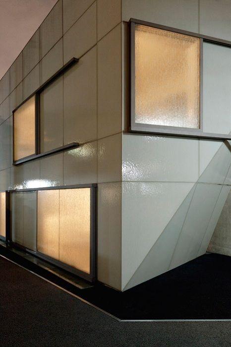 Бетонные конструкции установлены особым образом, чтобы дом смог выдержать землетрясение. Наружные серые стены фасада покрыты текстурированным стеклом, которое придает поверхности блеск.