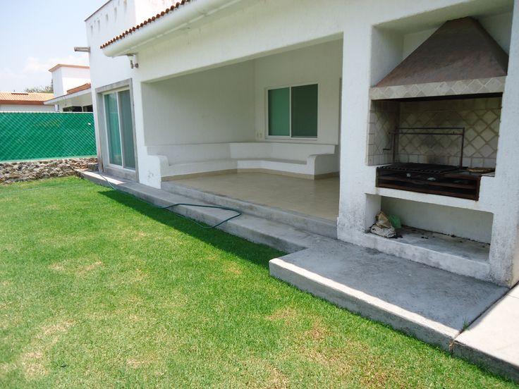 Casa Tul en renta por fin de semana en Lomas de Cocoyoc.  Vista de la terraza, parte del jardín y asador. www.cocoyocbienesraices.com.mx