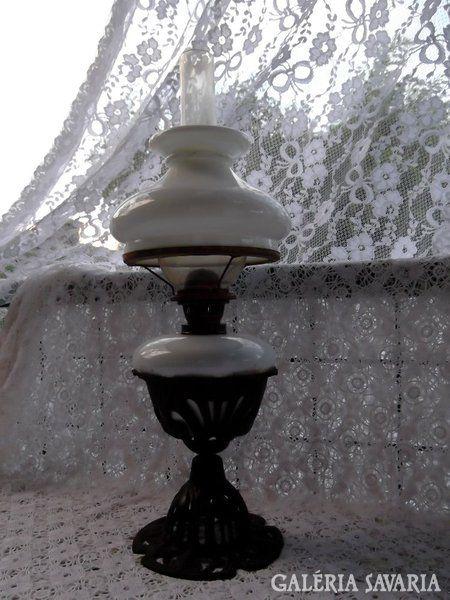 Petróleum lámpa, fém tartóban, búrával