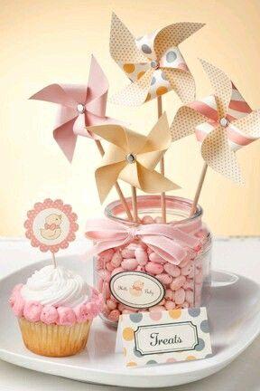 Dale un toque de originalidad a tu próxima fiesta usando centros de mesa con rehiletes de papel en lugar de flores. Para hacerlos deberás u...