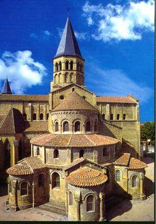 Eglise prieurale de Paray-le-Monial (Saône-et-Loire), vers 1140 : vue du chevet avec ses trois chapelles rayonnantes.