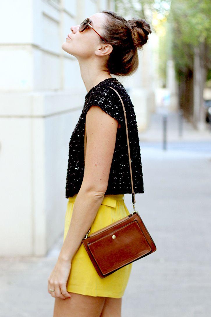 Look pour une soirée d'été : mini-jupe jaune citron, haut noir à paillettes, petite pochette en cuir marron #été #lookbook2015