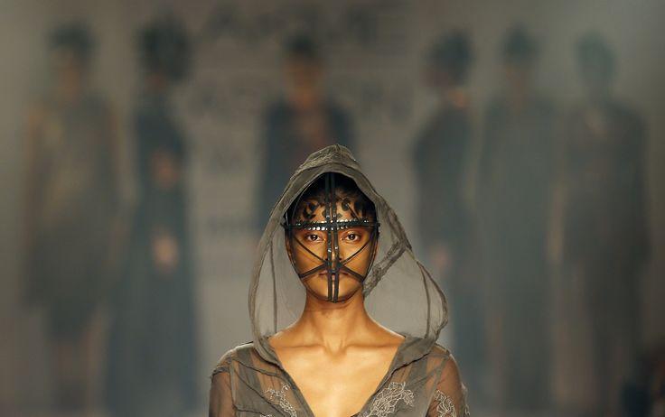 TOCADO. Un modelo presenta la creación del diseñador Gen durante el primer día de la Semana de la Moda Lakme en Mumbai, India. (AP)
