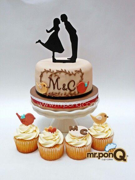 Torta y cup-cakes para la boda de ma. Isabel. Toppers en madera replicando las imagenes de los recordatorios entregados a sus invitados. Mr.ponQ