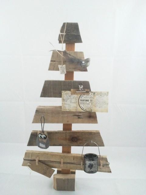 Origineel kerstboompje gemaakt van oud hout met haakjes en een clip zodat je er ook iets aan kan hangen. Doordat ze gemaakt worden van sloophout is elk boompje uniek.     Prijs: € 19