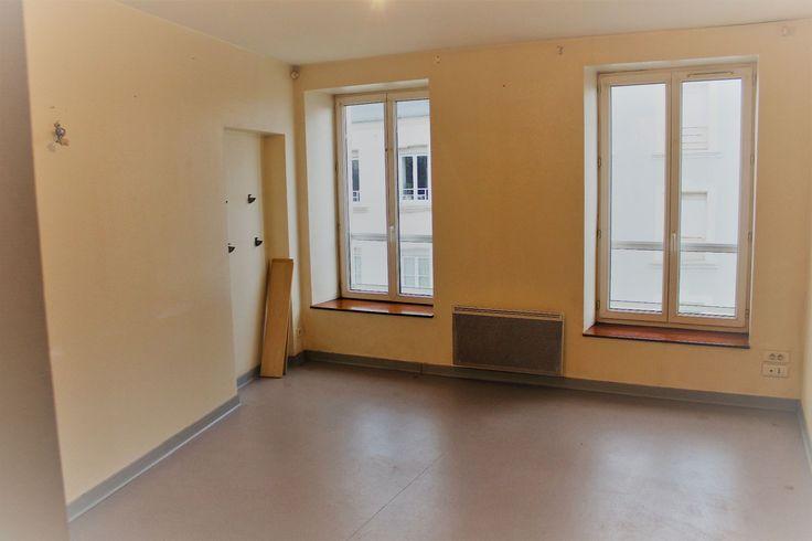 En centre-ville de CHERBOURG, votre Agence Stéphane Plaza vous propose cet appartement de 48m² situé au 3ème étage sans ascenseur et comprenant une pièce de vie de près de 18m², 2 chambres avec placards, une salle de bains avec wc.  Cet appartement possède également une cave.  Copropriété de 9 lots    Charges annuelles : 300 euros.