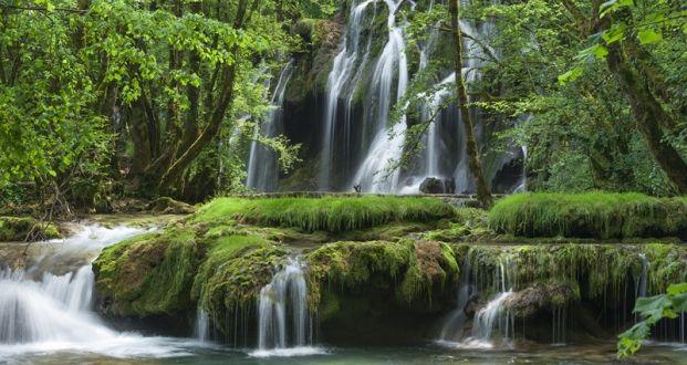 cascade des tufs aux Planches pres d'Arbois avec chemin de randonnée Jura France