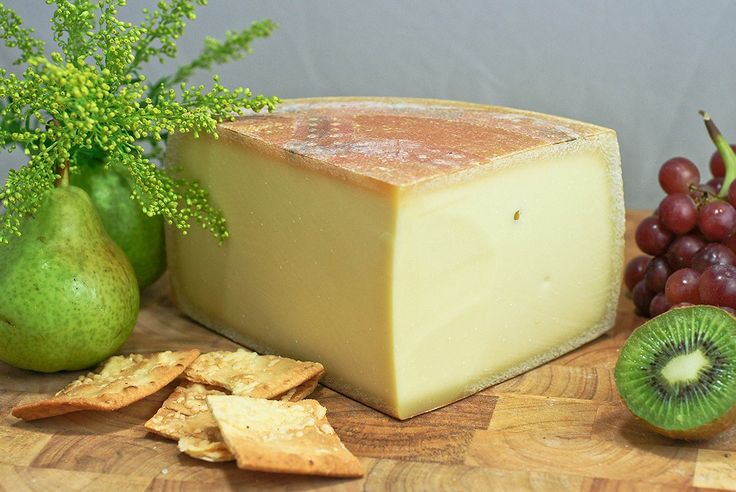 Аппенцеллер — швейцарский твердый сыр в форме круга. Пропитывается белым вином или сидром и обрабатывается травами во время созревания.