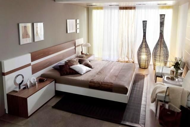 Dormitorio con cabecero en madera y detalles en blanco