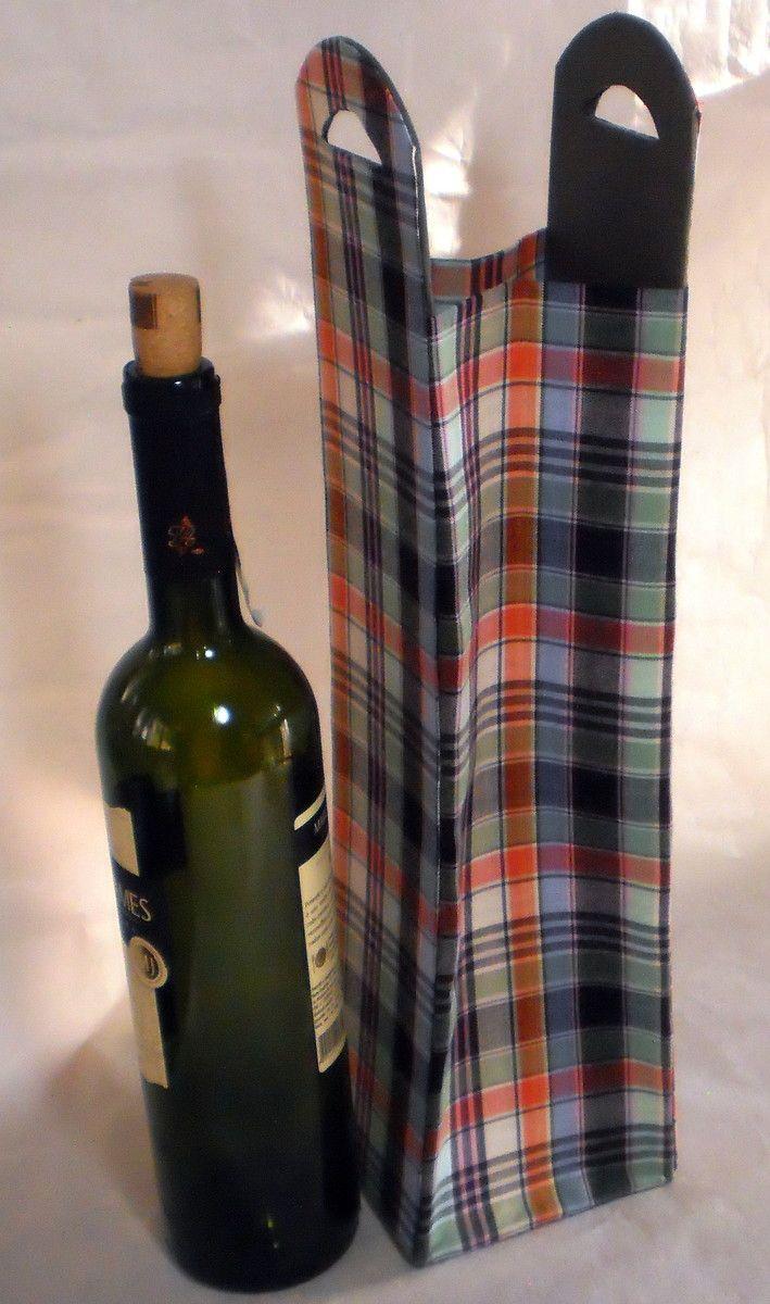 Caixa Porta Vinho tipo Sacola confeccionada à mão em tecido 100 % algodão e papelão. Excelente presente para alguém especial, pai, esposo ou namorado. Tecido com padronagem masculina.