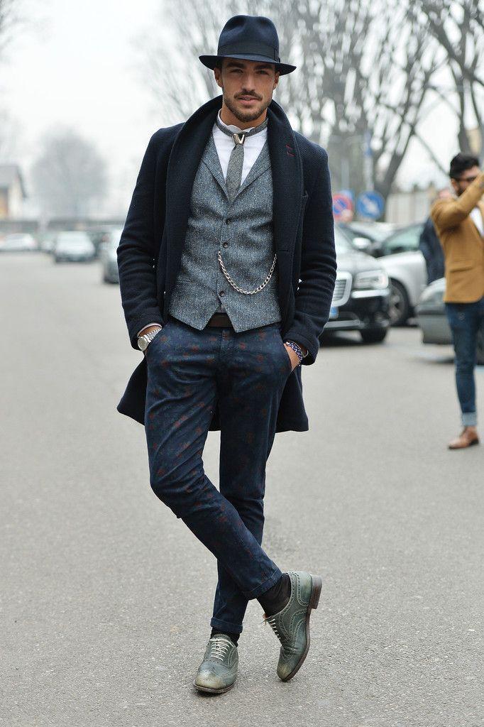 dunkelblauer Mantel, graue Weste, weißes Langarmhemd, dunkelblaue bedruckte Chinohose für Herren