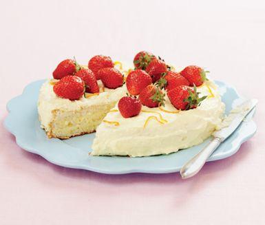 Läckraste jordgubbstårtan lever helt klart upp till sitt namn. Denna tårta är fantastiskt god och lättlagad. Söta jordgubbar kombinerat med vit mousse gör denna jordgubbstårta till den perfekta tårtan.