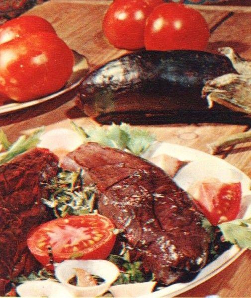 Баклажаны открытка-Нам понадобится: 1 кг баклажанов, 6 помидоров, 6 перцев, 3 головки лука, острый перец, чеснок, соль, черный перец по вкусу, растительное масло, зелень – петрушка, кинза, укроп.