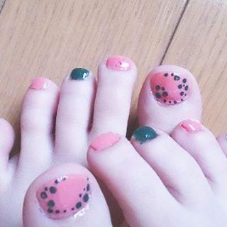newフットネイル✨  ピンクとグリーンの組み合わせ、大好きなんだけど。。 親指ドットにしたら、蛇みたいで気持ち悪くなった(笑)  朝からネイルしてしまったから、乾くまで気をつけて家事しなきゃいけないことに今さら気付いた😅  #ネイル #セルフネイル #フットネイル #ピンク #グリーン #変形 #ドット #気持ち悪い #左右 #非対称 #アシンメトリー #nails #self #foot #pink #green #dot #お洒落さんと繋がりたい