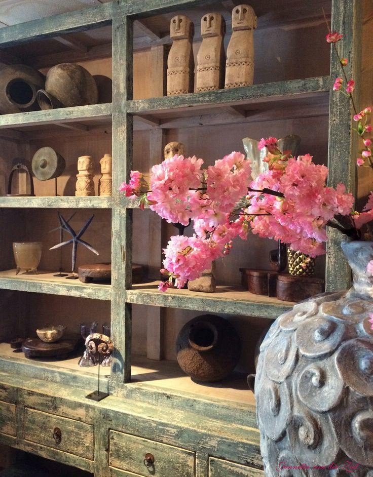 Antieke blauwe kast. Oude waterkruiken. Zeesterren. Stenen poppen. Grote blauwe pot. Roze bloemen. #JannettavanderZiel