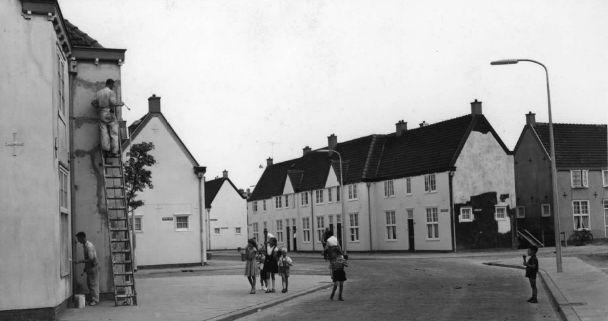 Tussen 1960 en 1970 maakte A.D. Kon deze foto van de Jupiterstraat in de Sterrenwijk te Utrecht.