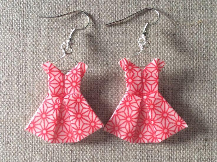 Boucles d'oreille robes fleurs étoilées rouges en origami : Boucles d'oreille par p-tite-pomme