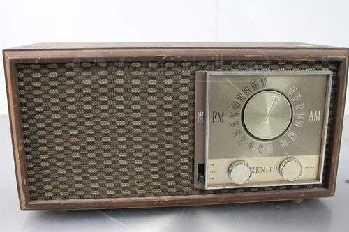 Zenith Vintage AM / FM Radio Model M730