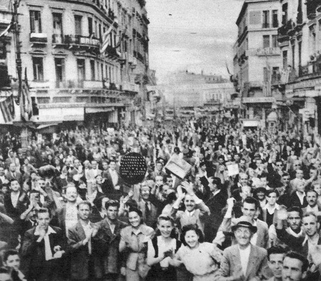 ΑΠΕΛΕΥΘΕΡΩΣΗ ΔΕΚΕΜΒΡΙΟΣ 1944 Σταδίου & Αιόλου Μια σκηνή απο την απελευθέρωση των Αθηνών. Περιοδικό ΑΕΡΑ-Δεκέμβριος 1944....