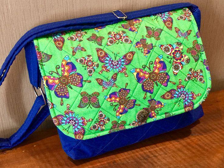 Bolsa em patchwork, confeccionada com tecido nacional. Quilt reto. Possui um bolso interno, alça regulável com argolas pra ser usada na transversal ou tira colo. Peça única.