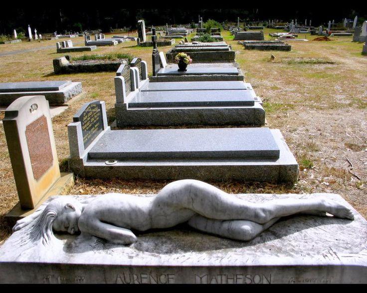 A la muerte de su esposo, la señora Matheson encargó al artista Peter Shipperheyn para crear esta hermosa y dolorosamente expresiva escultura, titulada Dormido, como un monumento por su amor difunto.
