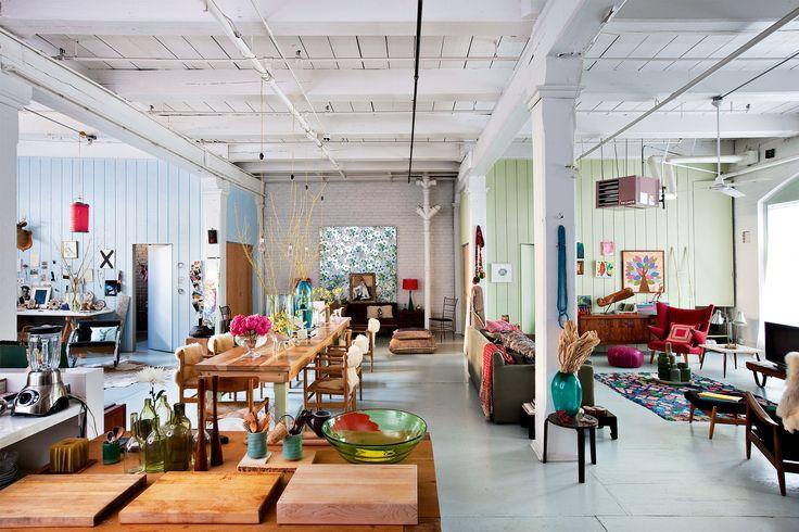 Salón, cocina, comedor, estudio... todo unido bajo vigas de madera e instalaciones al aire. La pareja conservó la amplitud de la antigua fábrica de Brooklyn en la que montaron su casa.