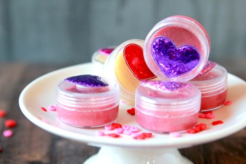 Can we say the PERFECT lip gloss recipe?  I think we can, and it has no petroleum jelly in it.