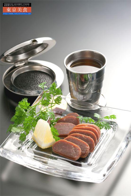 北海道十勝産 世界初の牛肉のからすみ。日本三大珍味からすみ。非加熱牛肉のユニークで芸術的な乾燥熟成食肉。  世界初の牛肉でつくったからすみ。北海道十勝の雄大な自然に囲まれた牧場ボーンフリーファームで健康な土と牛本来の生理機能に合った飼料に微生物を加えた国産の安全なエサでのびのびと健康に育った牛肉を使用。機能性の高い脂肪酸・低コレステロール、塩分控え目。フード・アクション・ニッポンアワード2年連続受賞生産者が臭みがなく独特のうまみがある牛肉に北海道産米糀やモンゴル岩塩等を練り込み、豚の腸に詰め桜のチップで燻煙、約1ヶ月乾燥熟成。やわらかいため凍結させてスライスすると、魚のからすみのようにまったりと濃厚な味わいとなめらかでクリーミーな舌触り。燻製の香ばしさが網焼きでさらに何とも良い風味となる。パスタやお茶漬けなどに。バターやソースの材料に。ウィスキーや日本酒のお供に。
