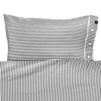 The lovely striped Rindö pillowcase comes from the Swedish brand Himla. The pillowcase is made of cotton percale that feels cool and crisp and has small buttons as a decorative detail. Combine the pillowcase with a matching duvet cover to create a unitary look in your bedroom! Choose between different colors.