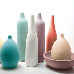 Des bouteilles décoratives multicolores
