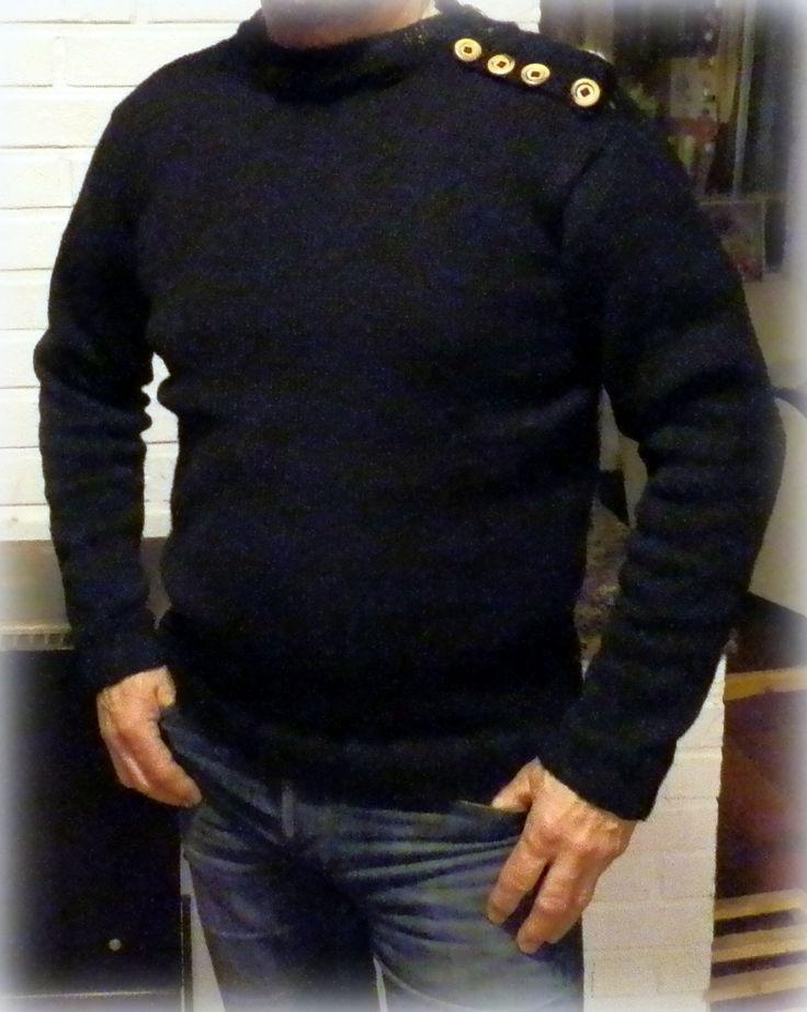 Black sweater with wooden buttons, http://taidepiika-neuleet.blogspot.fi/2015/11/purjehtijan-villapaita.html