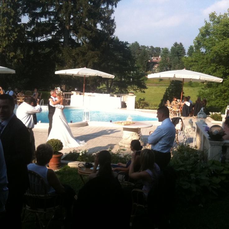 Ballo degli sposi. Ecco una foto dedicata al ballo degli #sposi. Un momento importante in una giorno del #matrimonio. il servizio #dj per matrimonio offre la possibilità di scegliere la propria canzone preferita. #wedding #italy_wedding #musica_matrimonio