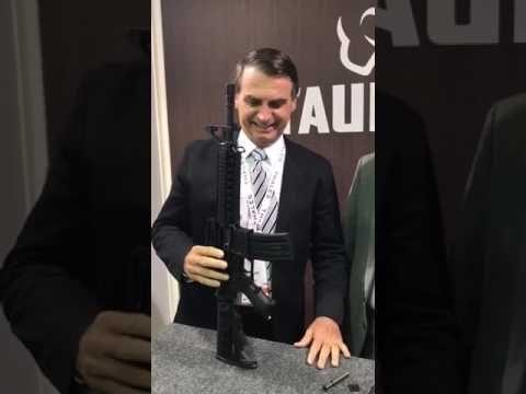 Bolsonario fazendo propaganda de armas da Tauros Metralhadoras e Pistola...