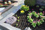 Pflegeleichte Grabgestaltung mit Kies und Steinen