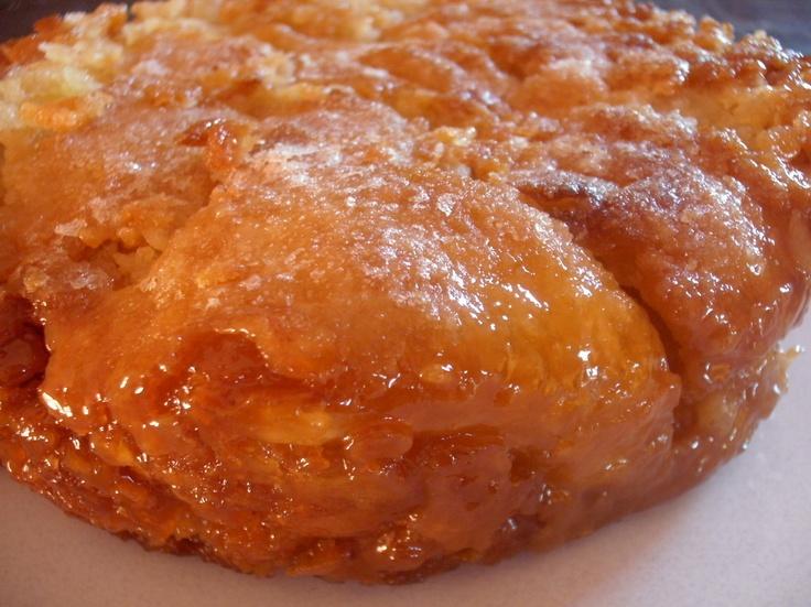 Le kouign-amann, pluriel breton kouignoù-amann est un gâteau, spécialité régionale de Douarnenez en Bretagne. En breton, kouign signifie « gâteau » et amann, « beurre ». Il aurait été inventé par hasard vers 1860 par un boulanger douarneniste, Yves-René Scordia.