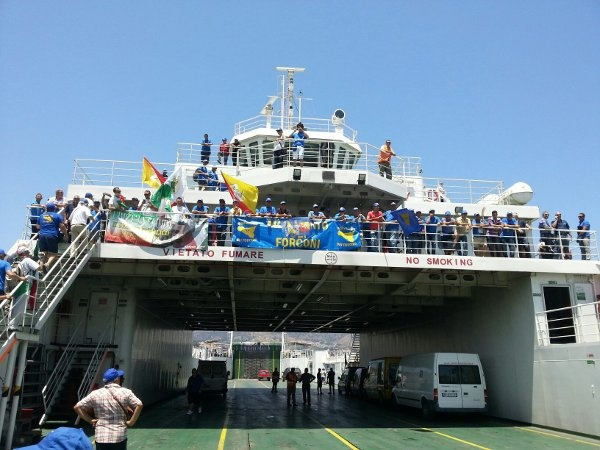 I Forconi bloccano i traghetti. E' caos a Villa San Giovanni. Ritardi e tensioni agli imbarchi per Messina