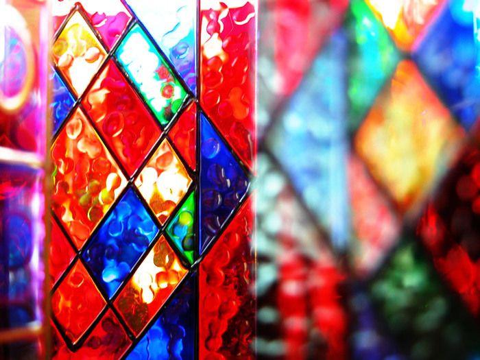 アンティークのステンドグラスなら職人さんの温かみのあるアイアンワークやデザインの粋、当時の色ガラスの風情など。 また現代の作家さんのステンドグラスなら最新技術を用いた美しい色ガラスと斬新なデザインなどなど、ステンドグラスには楽しみ方がたくさんあります。