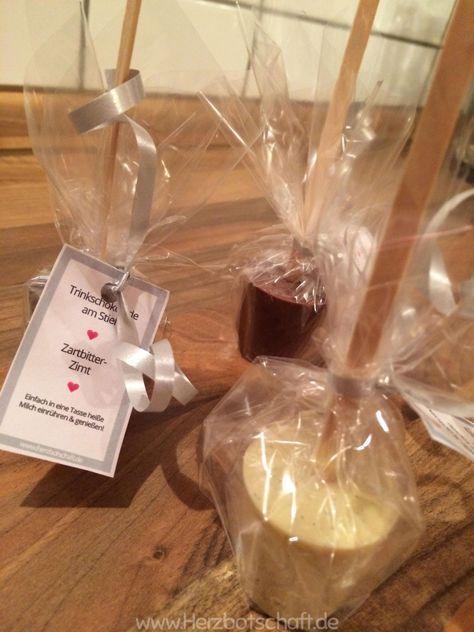 Drucken Trinkschokolade am Stiehl ist nicht nur in aller Munde, sondern es gibt sie auch in fast jedem Laden zu kaufen. Warum kaufen? Ich werde diese heute selbst herstellen. Laut Anleitung ist dies sehr einfach und auch für Neulinge in der Küche gut machbar. Diese schokoladigen Geschenke kommen übrigens nicht nur an Weihnachten gut an. ...